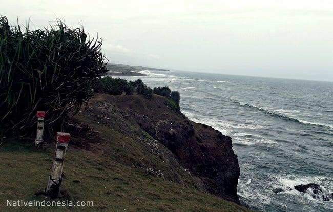 pantai puncak guha - tebing