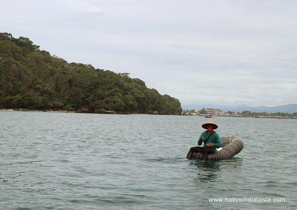 nelayan memancing di pantai pangandaran
