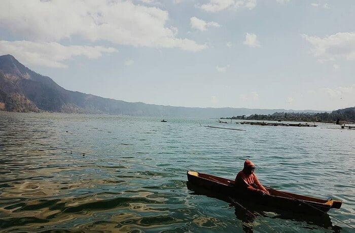 perahu di danau batur bali