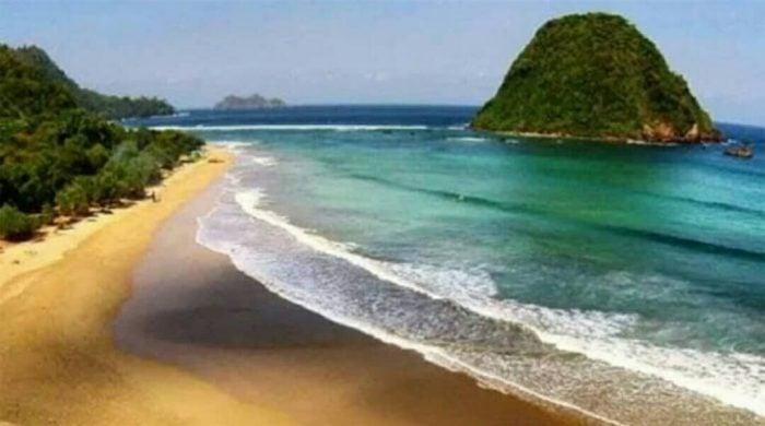 Pantai Pulau Merah Far Away