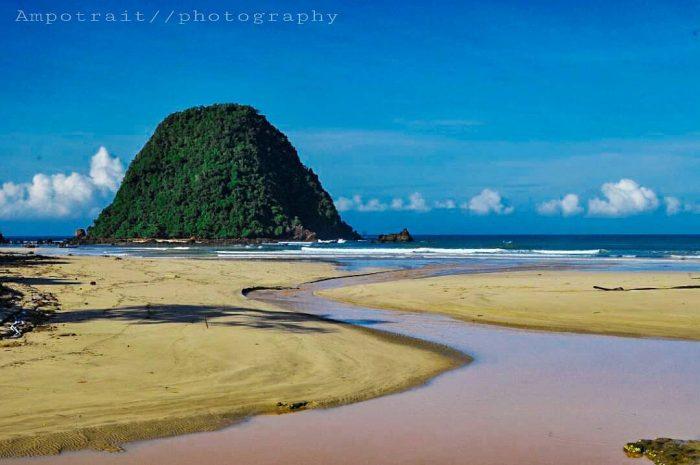Pantai Pulau Merah God Painting