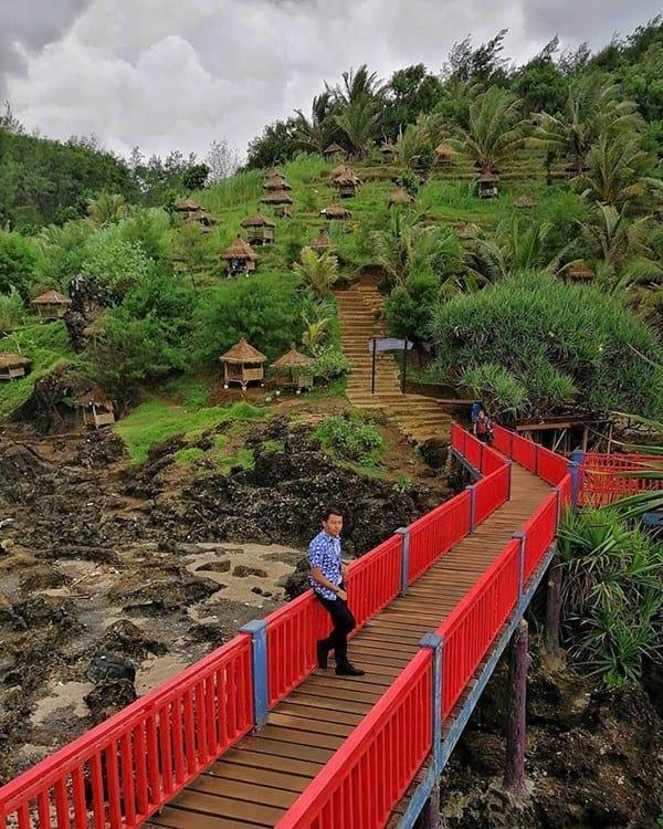 jembatan merah di pantai menganti
