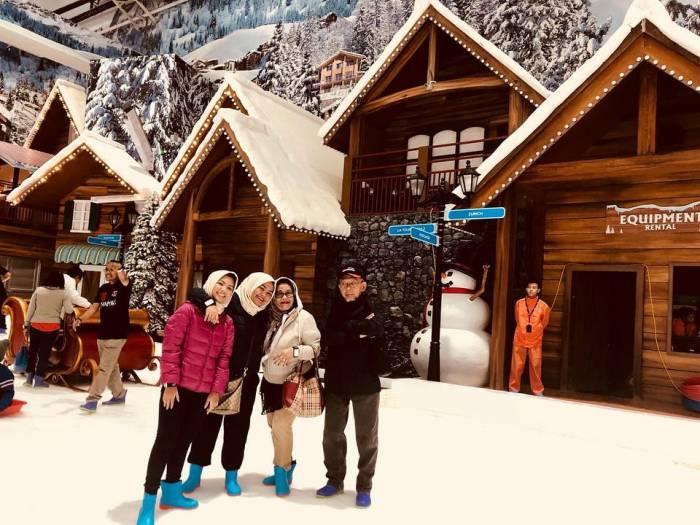 liburan keluarga ke trans snow world