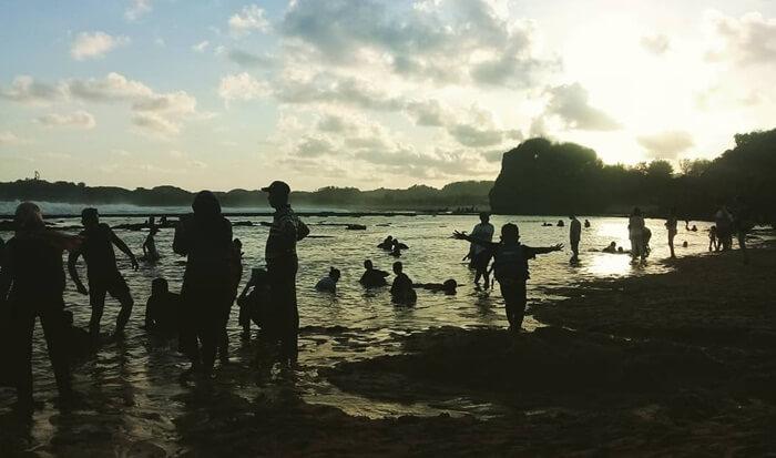Matahari tenggelam di Pantai Sadranan