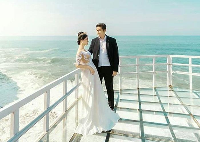 Foto Praweding di Teras Kaca Pantai Nguluran.