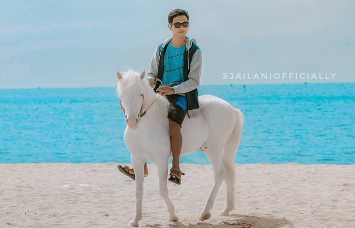 berkuda di pantai