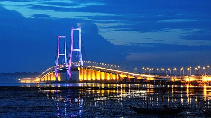 jembatan suramadu saat malam