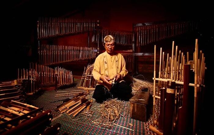 pembuatan-saung-angklung-mang-udjo