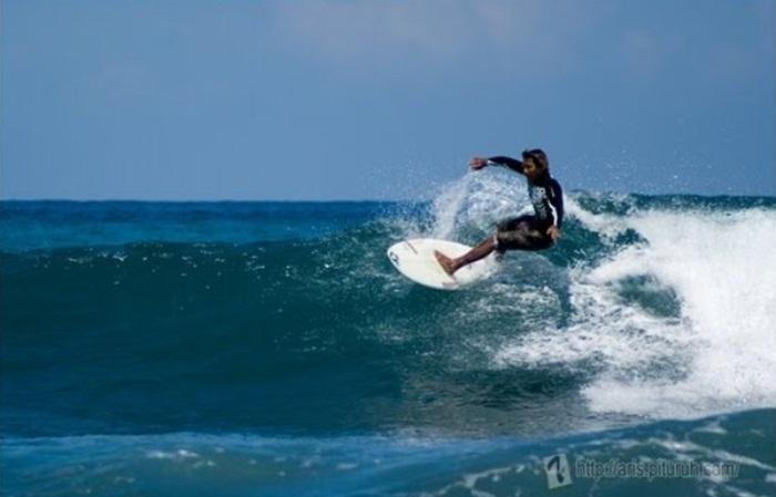 Berselancar-di-Pantai-Carita-Banten