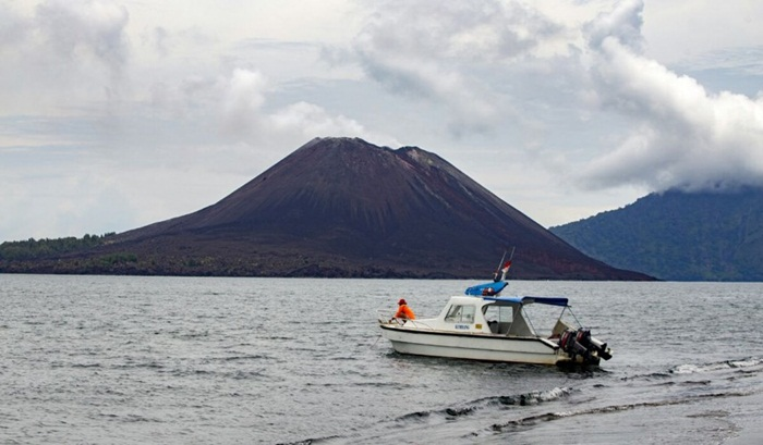 krakatau-eco-tour-volcanic-boat