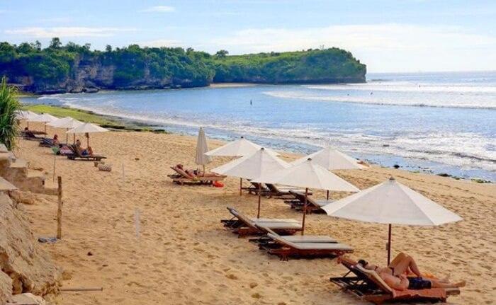 kursi dan payung pantai