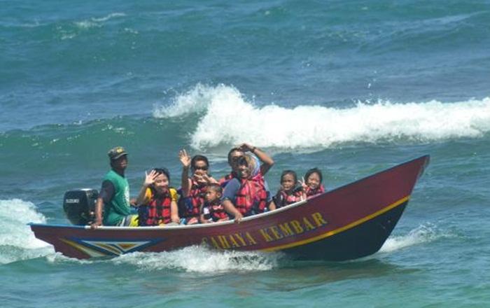 nebeng perahu nelayan pantai-ngandong