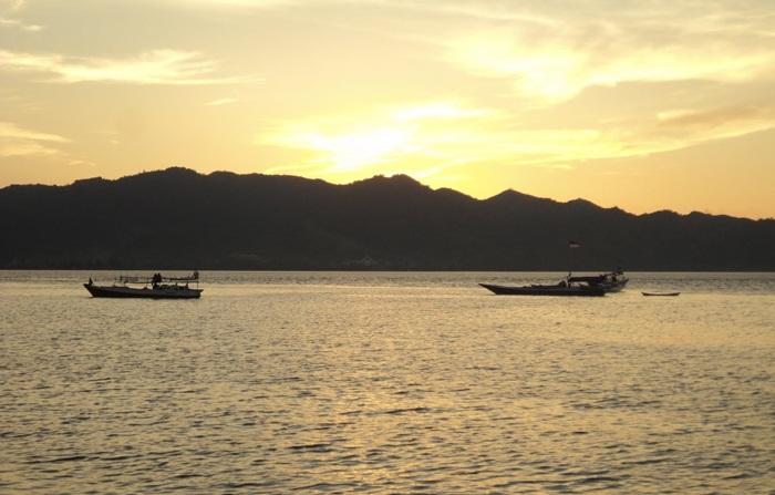 sunset pantai manakarra