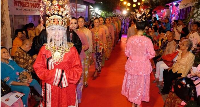 Akuluturasi Kebudayaanantar tionghoa dan betawi, dalam parade di depan Museum Banteng Heritage.