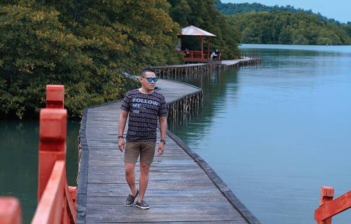 Bakau lebat pantai dewi Mandapa memebrikan pengalaman wisata berbeda di pantai ini