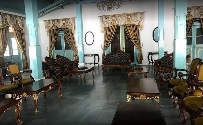 Bale Semirang Keraton kanoman Cirebon, tepat diskusi antara Sultan dnegan para pembesar atau penghadap lainnya.