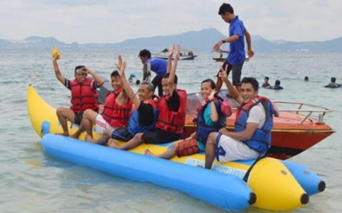 Banana boat pulau tangkil, menumbuhkan keseruan dalam kebersamaan team