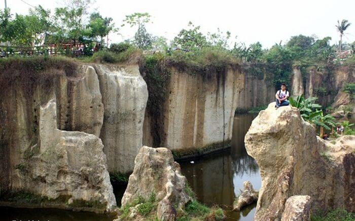 Batu berbentuk Monster Kadal Godzilla, lokasi foto pavorit di Tebing Koja.