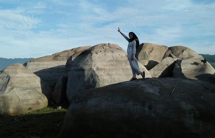 berfota cantik dnegan latar bebatuan di desa sajuta batu