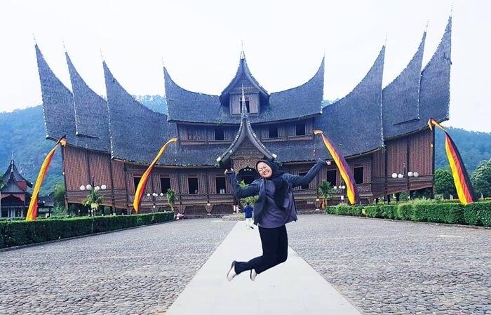 berpose foto Ceria di istana pagaruyung
