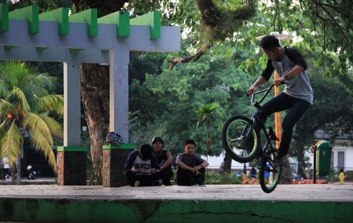 Club BMX berlatih di Taman Kambang Iwak, meramaikan aktifitas olah raga