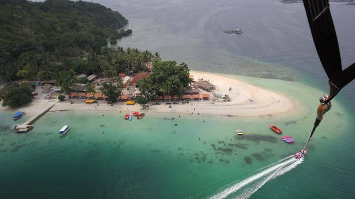 Pemandangan pulau tnagkil dilihat dari ketinggian melalui wahana parasailing