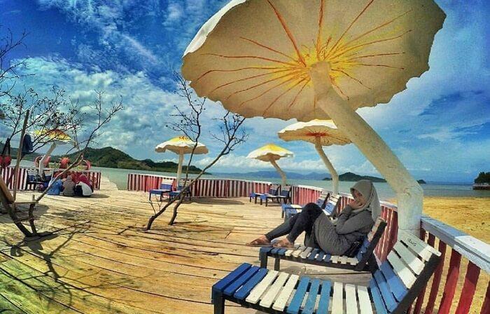Dermaga asmara. Pantai dewi mandapa dengan payung unik berbentuk jamur raksasa