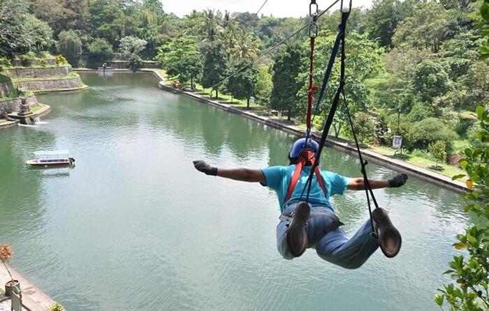Flying Fox taman narmada spesial dengan posisi Superman