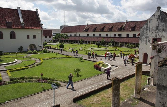 Fort Rotterdam sebuah benteng abad 15 yang berada di pusat kota makasar