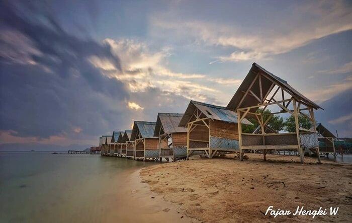 Gazebo pantai Dewi Mandapa untuk menikmati keindahan pantai dan menanti sunset