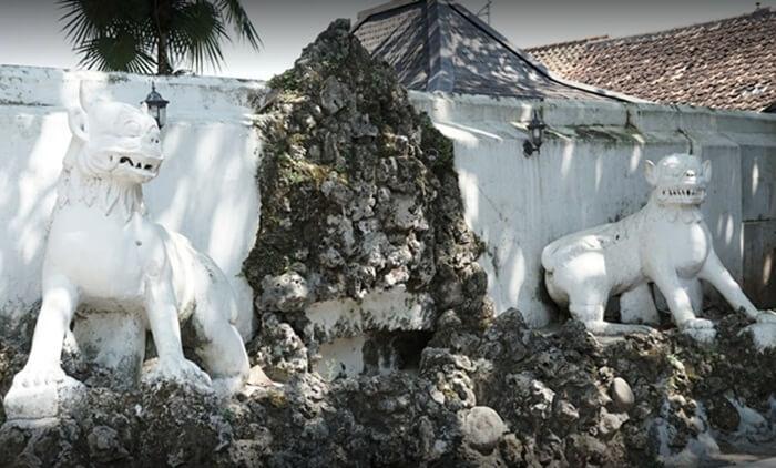 Relief Harimau Siliwangi di lingkungan keraton kanoman cirebon. patung ini merupakan lambnag dari kekuatan trah prabu siliwangi. Raja terakhir pajajaran