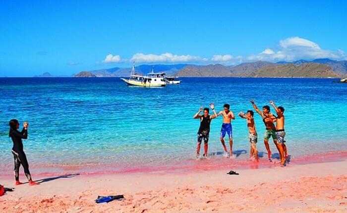 foto kelompok di pantai pink