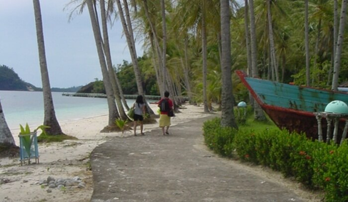 Jalan susur pantai pulau sikuai