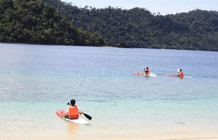 Kano di Pantai pulau Sikuai.