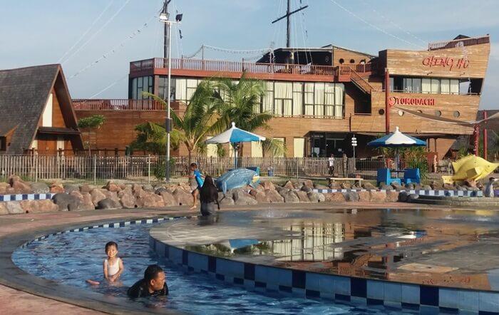 Kolam bermain anak di cirebon waterland jadi terasa indahd enganlatar belakang restoran kapal ceng ho