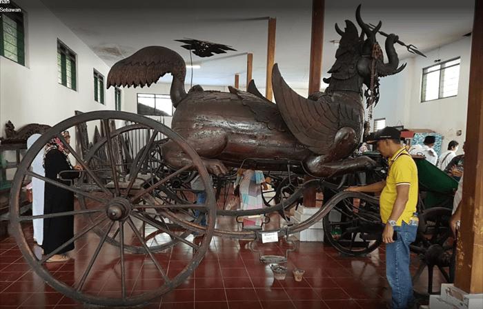 Kereta pusaka Keraton Kanoman dengan desain unik menggunakan burung, naga, dan gajah memegang trisula. NUansa hindu sangat kental dalam desain ini.