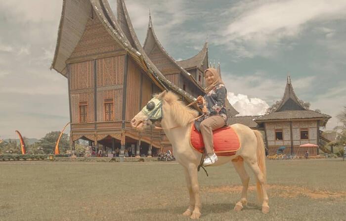 wisata menunggang kuda di Istana Pagaruyung