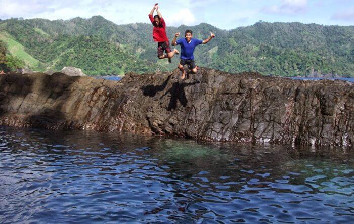Laguna Gayau, salah satu laguna di spenajnag karang teluk kiluan. airnya yang jernis enak untuk bernenagd an berendam, tanpa takut ombak.