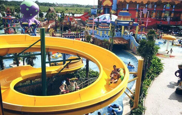 Melunsur seru dari slide setinggi 10 meter di Citra Raya Water world, sembari menimati pemandangan dari ketinggian