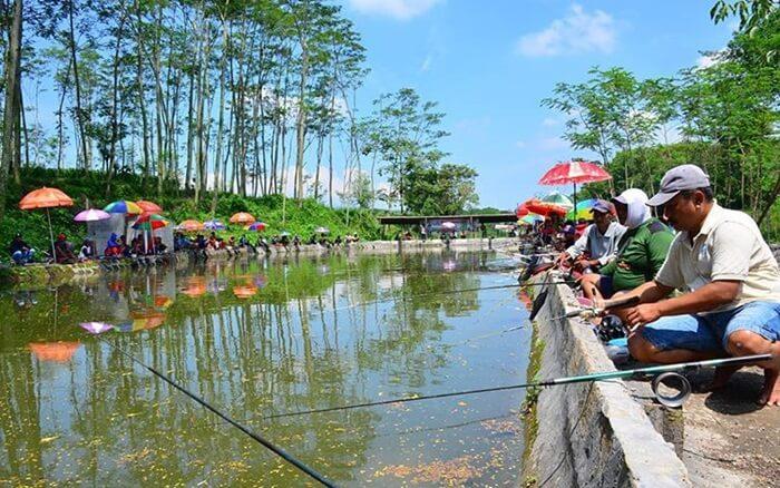 Memancing salah satu kegiatan favorit di kediri eco park. bahkan ada paket wisata memancing malam hari