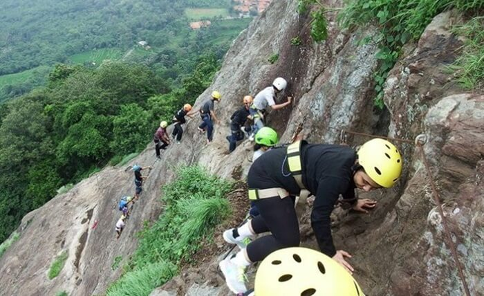 Mendaki gunung Parang yang terjal vertikal menggunakan tali dan patok besi