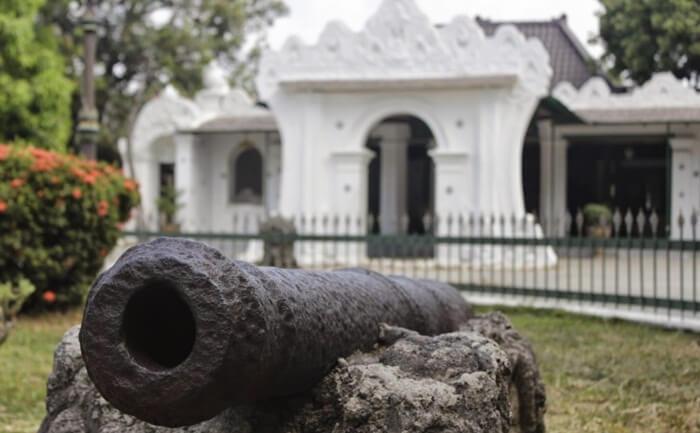 Meriam Keraton kasepuhan Cirebon. Koleksi meriam lain dari berbagai negara bisa dilihat di dalam museum