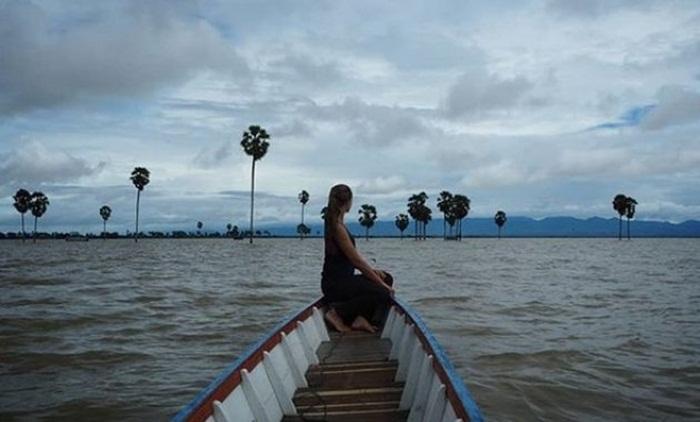 berkeliling danau dengan perahu, terasa sedang berdialog dengan alam mencoba Menghayati Danau Tempe