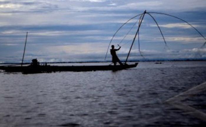 Nelayan danau tempe mulai menangkap ikan sejak pagi buta