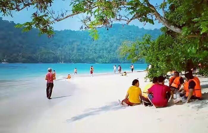 Pantai Pulau Kiluan, pulau kecil dii mulut teluk