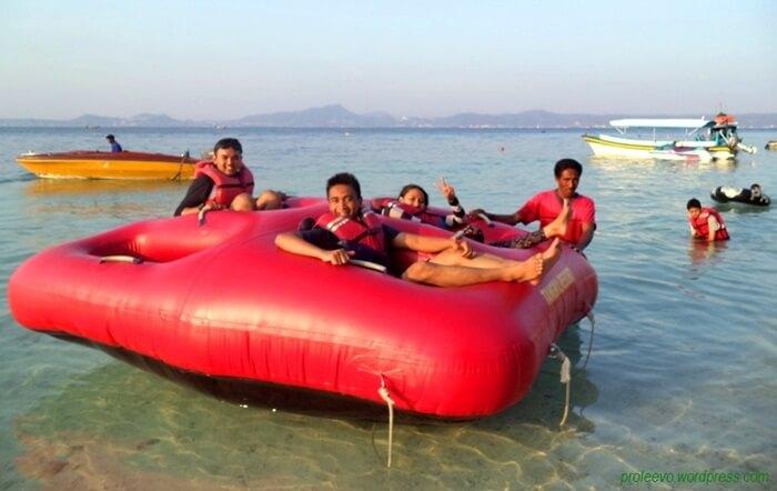 Perahu donat PUlau Tangkil. Cara lain meniimatia drenalin di indahnya pantai pulau
