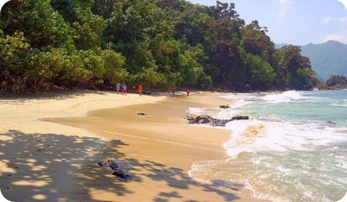 Pantai Laguna yang bersih. Lokasi ini jarang dikjunungi orang