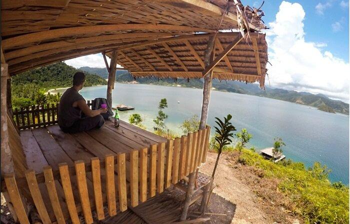 menikmati keseluruhan pulau dari ketinggian pondok panorama di puncak pulau cubadak