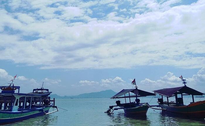 Pulau Tangkil di kejauhan terlihat dari pantai mutun