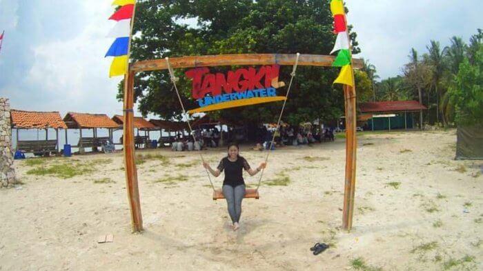 Santai di Ayunan Pulau Tangkil, salah satu fasilitas penunjang wisata di resort pulau ini
